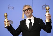 Alfonso Cuarón sostiene los premios al Mejor Director - Película y Mejor Película - Idioma extranjero para 'Roma' en la sala de prensa durante la 76va ceremonia anual de los Premios Golden Globe en el Beverly Hilton Hotel, en Beverly Hills, California, el 6 de enero 2019. EFE