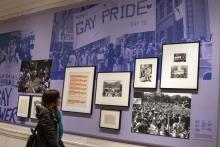 """New York (NY, EEUU), 15/02/2019.- A person observes photos from the""""Love & Resistance:Stonewall50"""" exhibition, which celebrates the 50th anniversary of protests at Stonewall, the iconic bar where the LGBTQ movement was first sparked. EFE"""