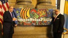 """Rob Bernberg, dueño de la revista Latin Beat y el productor y músico Jesse Bermúdez durante la inauguración de """"Siempre Salsa Philly Week"""". Bermudez ha pasado los últimos 40 años de su carrera apoyando a artistas latinos, promoviendo la educación de la música latina y luchando por colocar la salsa en el centro de la escena musical en Filadelfia."""