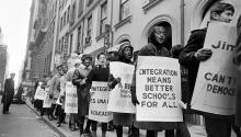 Estudiantes llevando carteles como parte de un boicot escolar en toda la ciudadel3 de febrero de 1964. Photo:Eddie Hausner/The New York Times