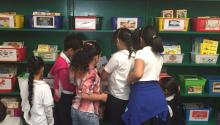 La nueva biblioteca cuenta con una sección en español, así como con un nuevo mobiliario, y una colección de libros actualizada por grado y edad. Archivo particular