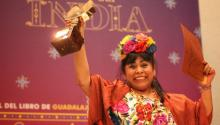 Yucatan writer Sol Ceh Moo receives the award from the Guadalajara International Book Fair (FIL). Vía VEME Digital.