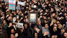 Manifestantes llevan pancartase imágenes del General Qasem Soleimani, asesinado por el gobiernoestadounidense el 3 de Enero del 2020. Fuente: EFE.