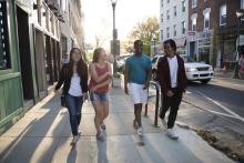 Estudiantes universitarios explorando la ciudad. Foto por cortesía de Campus Philly.