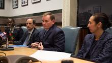 Jim Engler, director de Políticade la alcaldía junto a funcionarios de la administración de Filadelfia. Samantha Laub / AL DÍA News