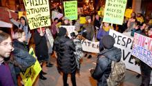 Los manifestantes se aglutinan a las afueras del TD Bank demandando el retiro de la inversión en el Oleoducto de Dakota. Foto: Peter Fitzpatrick/AL DÍA News.
