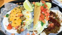 Taco con pollo asado, taco crujiente con carnitas, tortilla de harina con carne molida. Foto: Eli Siegel