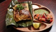 El chef Charles Álvarez ofrece tamales guatemaltecos en el menú de su restaurante 'Pura Vida', localizado en el norte de Filadelfia en527 Fairmount Ave.