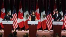 Los representantes en la renegociación de México, Ildefonso Guajardo; Canadá, Chrystia Freeland, y Estados Unidos, Robert Lighthizer, durante una conferencia el 27 de septiembre. Foto: Lars Hagberg/Agence France-Presse; Getty Images.