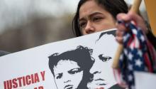 Una jovenobserva cómo otros inmigrantes y activistas protestan cerca de la Casa Blanca para exigir que el Departamento de Seguridad Nacional extienda el Estado de Protección Temporal (TPS) a más de 195,000 salvadoreños el 8 de enero de 2018, en Washington. Andrew Caballero-Reynolds/AFP/Getty Images.