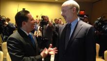 Carlos Giralt-Cabrales, cónsul de México en Filadelfia con el gobernadorTom Wolf. Photo: @ConsulmexFila