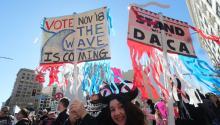 Manifestantes en la Marcha por las Mujeres en el centro de Los Angeles,California, el pasado sábado 20 de enero de 2018, coincidiendo con el primer año de la investidura de Donald Trump. EFE/EPA/MIKE NELSON