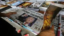 Un hombre observa un periódico en cuya portada se observa al presidente electo estadounidense, Donald Trump. EFE/Archivo