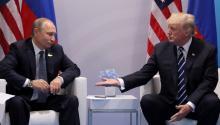 El presidenteruso, Vladimir Putin y el presidente estadounidense Donald J. Trump se dan la mano. Foto: Reuters.