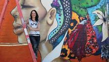 """Harriet Wood, """"Hazard"""" es una artista urbana que dejó su obra solidaria plasmada en las paredes de Ajo, Arizona. Foto suministrada."""