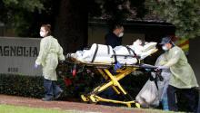 Un paciente es evacuado del Centro de Rehabilitación y Enfermería Magnolia en Riverside, California, el miércoles 8 de abril de 2020. Más de 80 pacientes de un centro de enfermería especializada de Riverside están siendo evacuados esta mañana a otros lugares de atención médica en todo el condado de Riverside, California. Foto: TIME