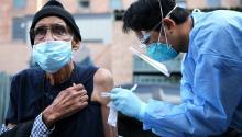 Aprueban refuerzo de vacuna Pfizer contra COVID-19 para mayores de 65 años. Foto: Getty Images