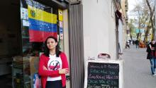 Hace tres años, Gerali Rodríguez dejó su puesto de especialista en Márquetingen Caracas para empezarde cero en Barcelona. Hoy es una de los miembros más activos de la diáspora venezolana en Barcelona, España. Foto: Andrea Rodés