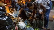 People looking for food among the trash in Caracas, on Dec 31st.  Venezuela suffers a deep socioeconomic crisis that has led many families into hunger and despair. Photo:  EFE/Miguel Gutiérrez