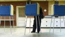 Votante registra su voto durante las elecciones presidenciales estadounidenses, en Durham, Carolina del Norte (Estados Unidos.). EFE