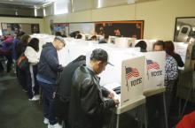 Votantes en las urnas. Foto: Archivos AL DÍA.