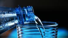 El consumo de agua mineral es más elevado en los hogares latinos. Foto: Pixabay