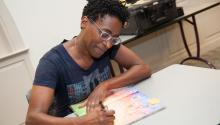 """La escritora de novela juvenil Jacqueline Woodson, autora de """"Another Brooklyn"""", durante una firma de libros en 2015. Foto: Wikimedia"""