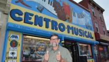Wilfredo González compró el negocio de su padre, Nestor González, en 1972 y lo trasladó a la intersección de la calle 5 y la avenida Lehigh. Foto: Selenia Loeb (Momentos by Luz Photography)