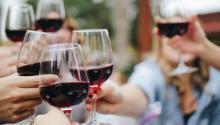 Según un estudioel consumo moderado de alcohol podría estar entrelas razones de la longevidad. Foto:Kelsey Knight