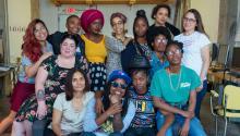 El grupo de artistas que exhibirán susobrasen elWomen's Mobile Museum. (Photo: Philadelphia Photo Arts Center.)