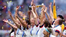 LYON, FRANCIA - 07 DE JULIO: Megan Rapinoelevanta el trofeo de la Copa Mundial Femenina de la FIFA tras la victoria de su equipo en la final de la Copa Mundial Femenina de la FIFA 2019 entre los Estados Unidos de América y los Países Bajos en el Stade de Lyon el 7 de julio. 2019 en Lyon, Francia. (Foto por Alex Grimm / Getty Images)