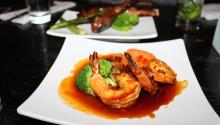 'Spicy shrimp teriyaki' que se acompaña con vegetales, un platillo cocinado con la salsa especial de Yakitori Boy, con rábano picante y hojuelas de pimienta. Ana Gamboa/AL DÍA News