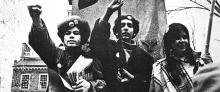 Luis Cañuelas (cen.) durante una manifestación de los Young Lords frente a Independence Hall en Filadelfia en 1971. Archivo particular.