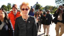 WASHINGTON, DC - 11 DE OCTUBRE: La ex embajadora de EE.UU. nn Ucrania, Marie Yovanovitch (C) rodeada de abogados, ayudantes y periodistas cuando llega al Capitolio de EE.UU. el 11 de octubre de 2019 en Washington, DC. (Foto de Chip Somodevilla/Getty Images)